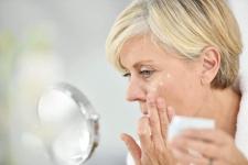 Taches sur le visage et la peau : 5 crèmes et remède efficaces